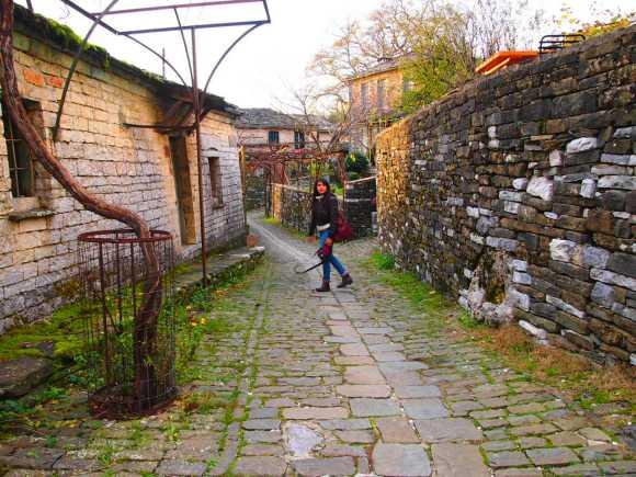 caminando por las calles de Mikro Papigo Grecia