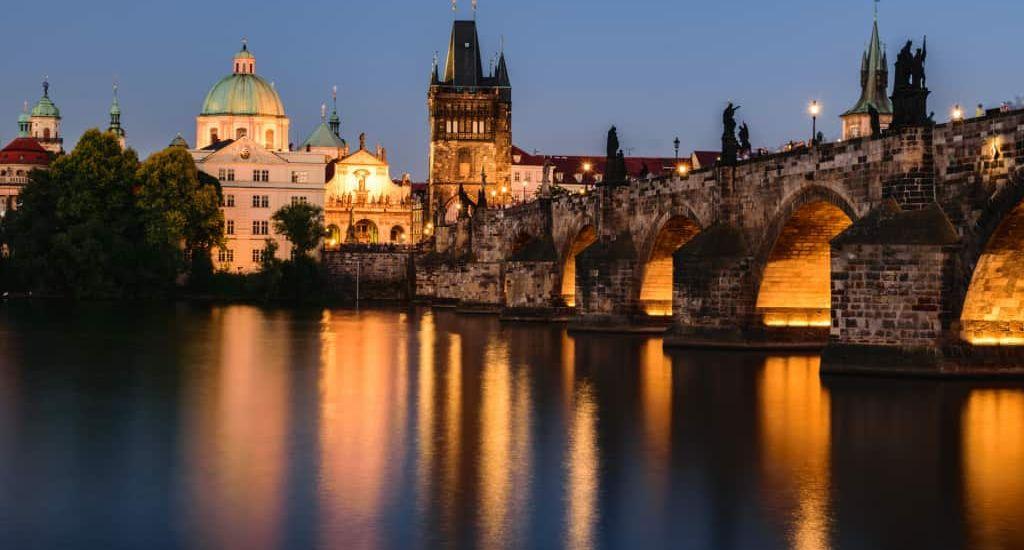 Puente de Carlos antiguo en Praga