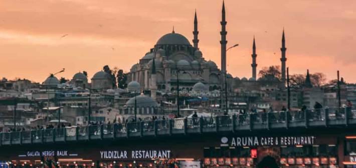 Estambul con mezquita en el atardecer cielo color rosa