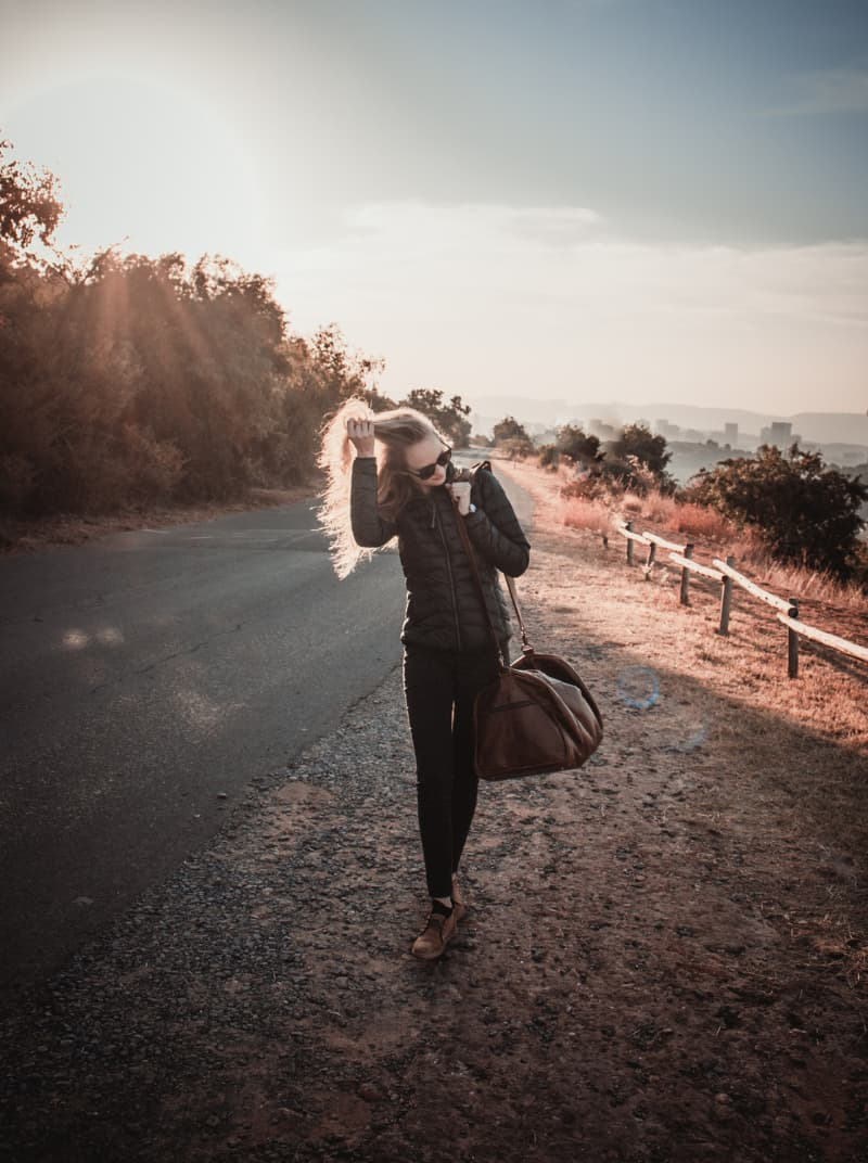 mujer caminando en camino 20 consejos para viajar