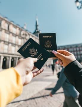 pareja mostrando pasaportes en ciudad de viaje