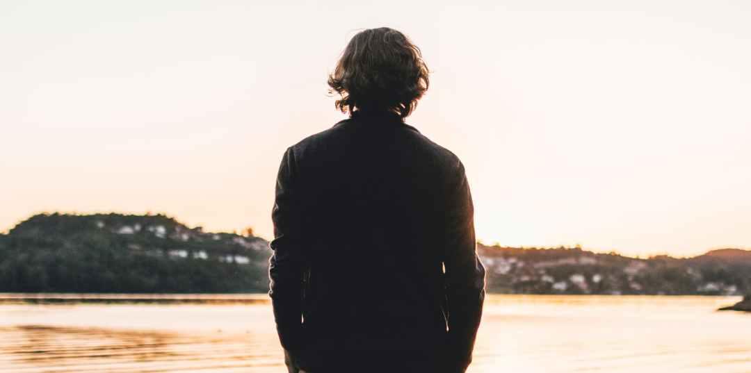hombre Contemplando el horizonte consejos para viajeros