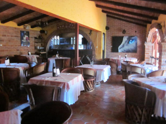 La Bodega de Ajijic, an established Ajijic restuarants dining area with clothed tables and chairs.