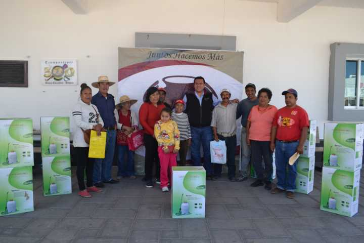 Entregan 13 aspersores a productores de campo en Tzompantepec.