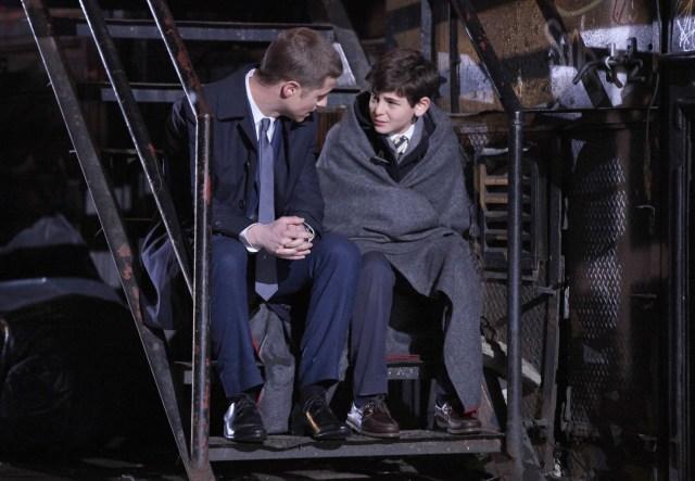 """""""Un héroe puede ser cualquier persona, incluso un hombre que hace algo tan simple y reconfortante como poner un abrigo sobre los hombros de un niño pequeño para hacerle saber que el mundo no había terminado""""."""