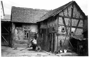 """Nathans Haus, Schuppen im Hof in Richtung """"Dörfers"""", um 1963. Foto: Fam. Bund"""