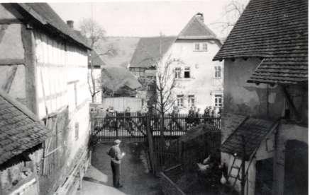 Soldaten marschieren vorm Haus vob Julius Fischer, März 1940. Foto von Irmgard Pfeil