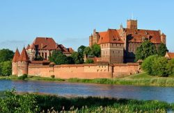 Febus est fait chevalier de l'ordre Teutonique au château de Marienbourg en 1358
