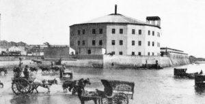 El Hotel de inmigrantes (ca. 1850) à Buenos Aires - Construit sur le bord du Rio de la Plata - Des carrioles assuraient le transfert des personnes et des marchandises entre les bateaux ancrés dans le Rio et le quai.