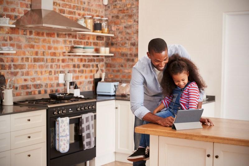 pai e filha usando tablet