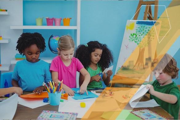 Crianças realizando atividades de artes para o ensino infantil juntas