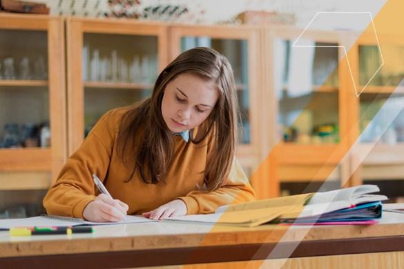 Mulher estudando sozinha. Heutagogia.