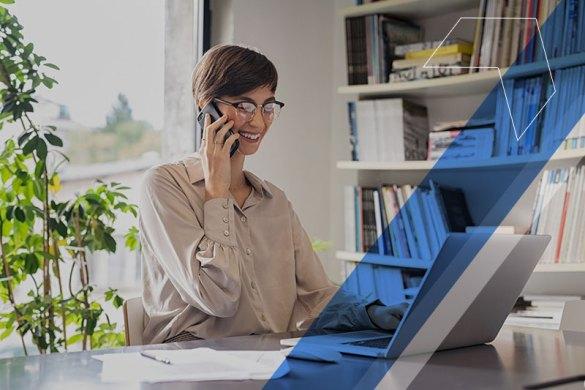 mulher trabalhando em casa e falando ao telefone