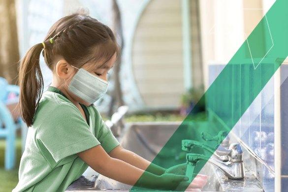 Garota com máscara lavando as mãos