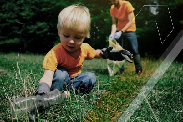 garoto realizando atividade sustentável em sua escola