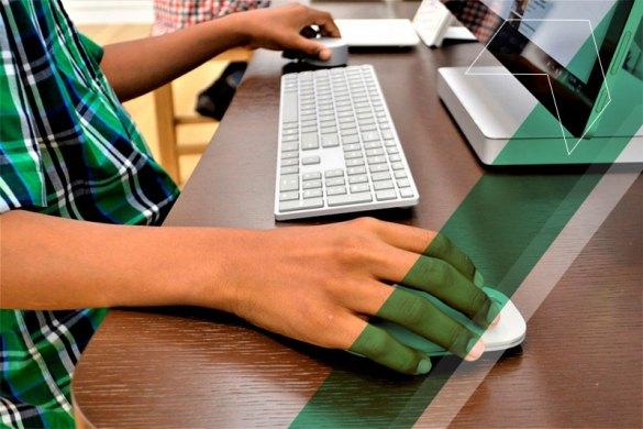 garoto pardo tendo acesso a tecnologia devido ações sociais