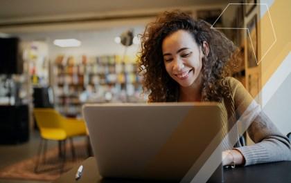 Mulher estudando usando o notebook