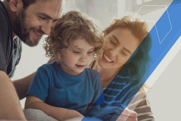 Pai e mãe ajudando filho com atividade escolar