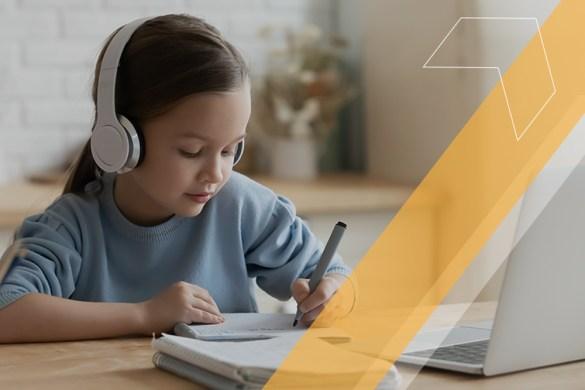 criança estudando em casa durante ensino híbrido