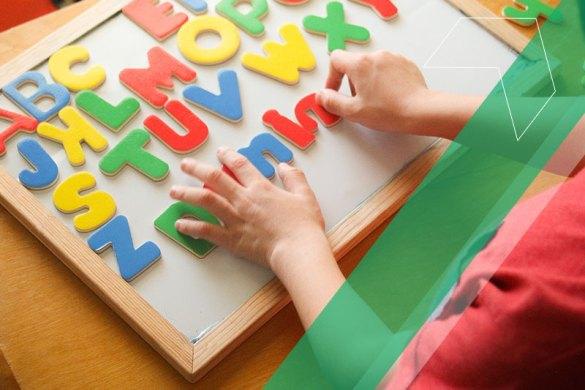 criança brincando com o alfabeto de brinquedo