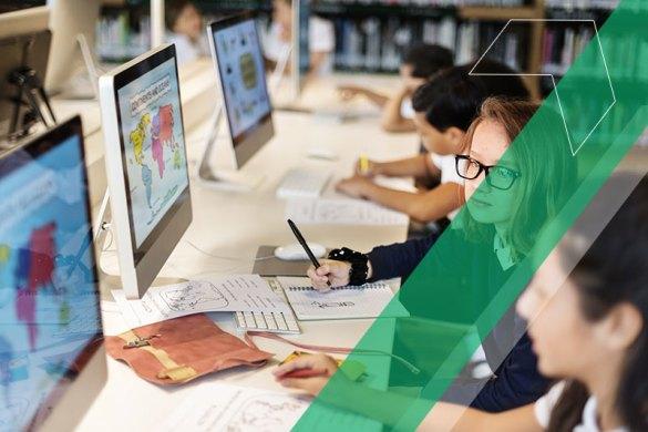 Alunos usando o laboratório da escola para atividade interdisciplinar