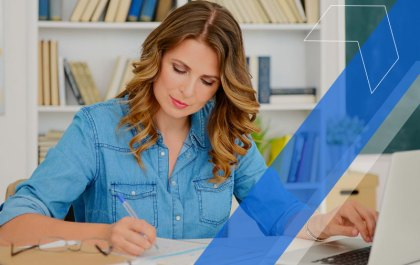 diretora escolar estudando os tipos de gestão escolar