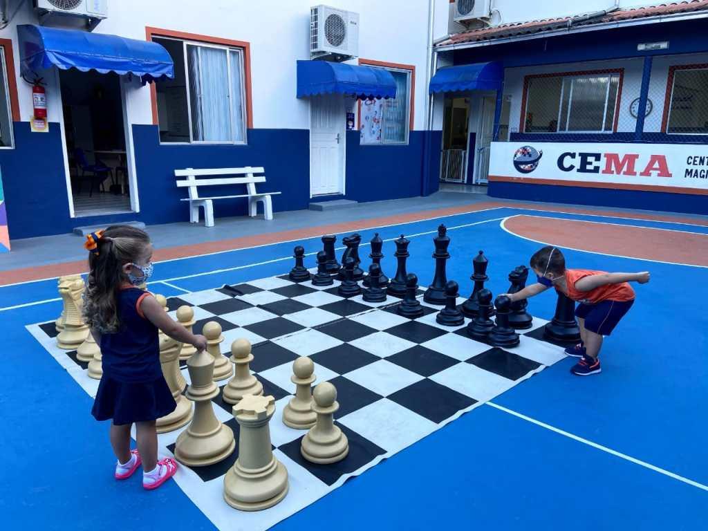 imagem de alunos praticando xadrez na escola