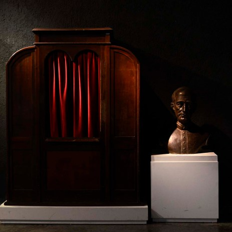 Confessionário em madeira do século XVIII, e busto de Celso Itiberê da Cunha, cônego honorário da Catedral de São Paulo e da Catedral Metropolitana de Curitiba, que após sua morte teve seu nome homenageado na Rua Monsenhor Celso, no centro da capital.