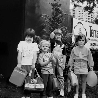 Alunos na primeira sede da escola, na Rua Emilio Cornelsen, no bairro Ahu