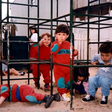 Alunos no parquinho da primeira sede da escola