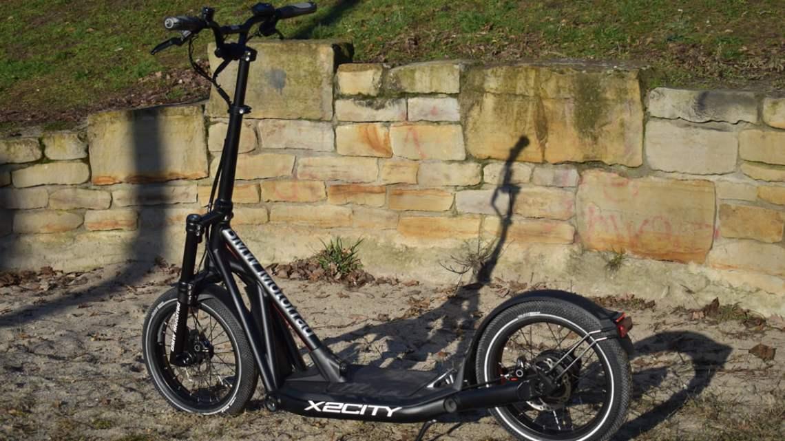 BMW X2 City vor einer Steinmauer