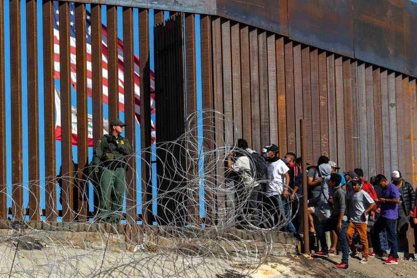 EE.UU. ESTUDIA VACUNAR MIGRANTES QUE CRUZAN LA FRONTERA CON MÉXICO