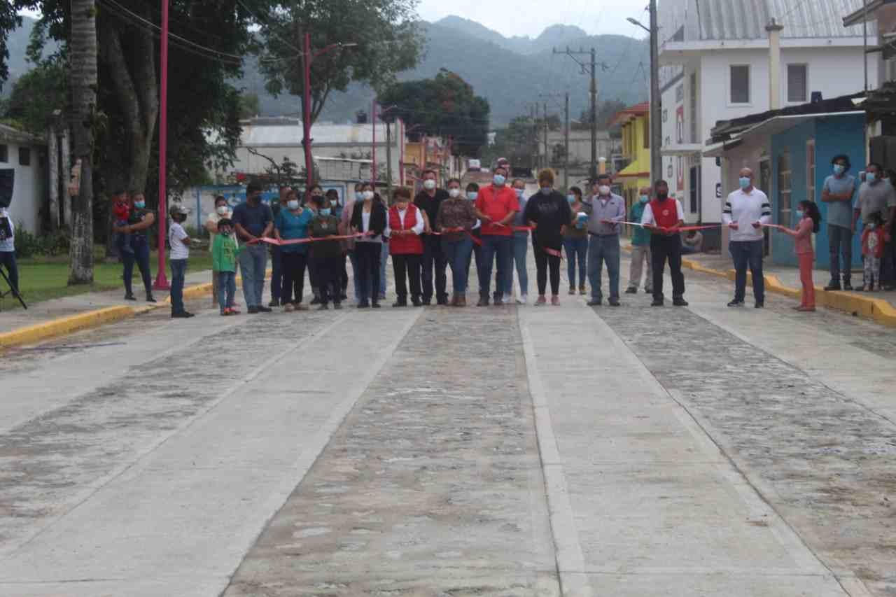 ENTREGAN PAVIMENTACIÓN EN EL CUATRO