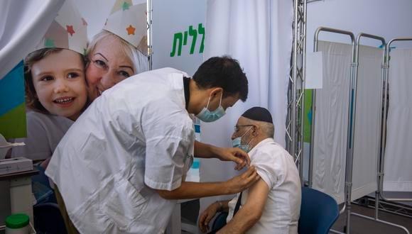 LA MITAD DE MAYORES DE 60 AÑOS EN ISRAEL HAN RECIBIDO TERCERA DOSIS CONTRA COVID-19