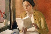 mujer joven con libro dia internacional de la mujer
