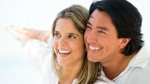 EscriboXti - hombre y mujer sonriendo