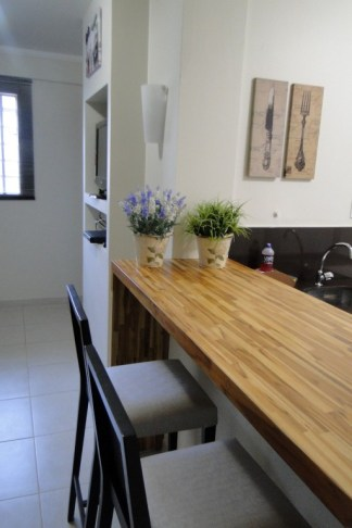 Bancada que divide a cozinha e a sala. Além de linda, é perfeita pra receber os amigos enquanto cozinha!