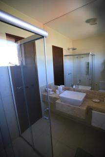 Banheiro lindo e seu espelho enorme