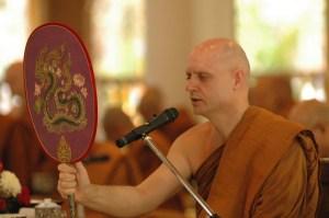 """Ajahn Jayasro durante ceremonia, dando los preceptos del """"Wan Phra"""", en el monasterio Wat Pah Nanachat"""