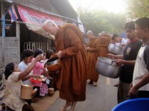 Monjes de la tradición del bosque durante la ronda de comida o pindabat, en la comunidad de Bung Wai