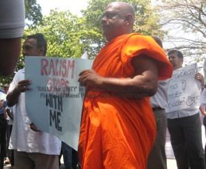 Un grupo de Católicos, Budistas y Musulmanes se reúnen para una protesta pacífica en favor de la paz entre distintas de etnias y religiones.