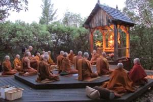 Dias festivos Budistas - Durante Alhapuja en el monasterio Abhayadirias - Fotografia por Brcar