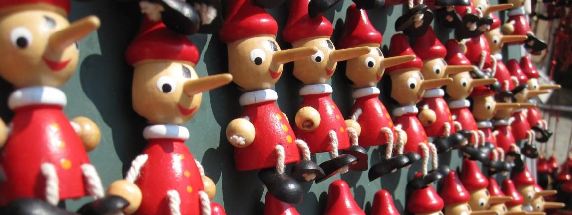 Muñecos de pinocho en una pared