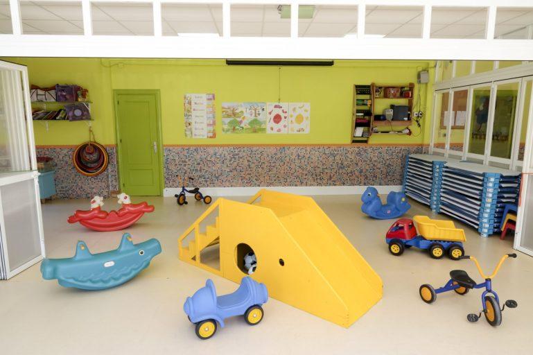 Tobogán y triciclos para niños en la Escuela Infantil Booma