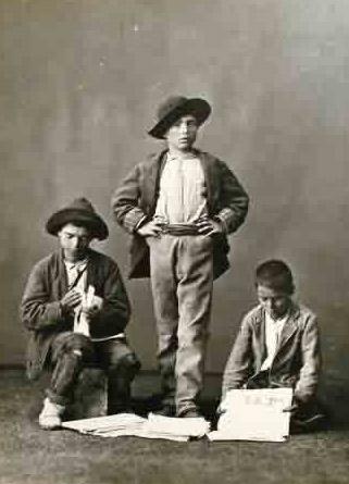 Niños vendiendo diarios