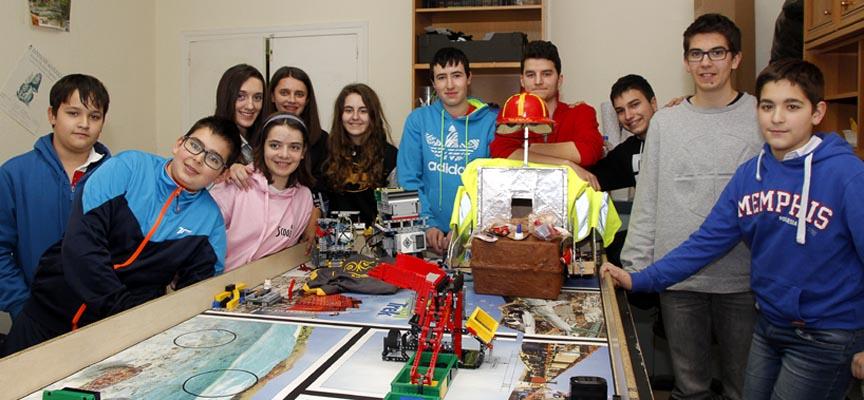 Algunos de los alumnos participantes y dos de los entrenadores en su espacio de trabajo.