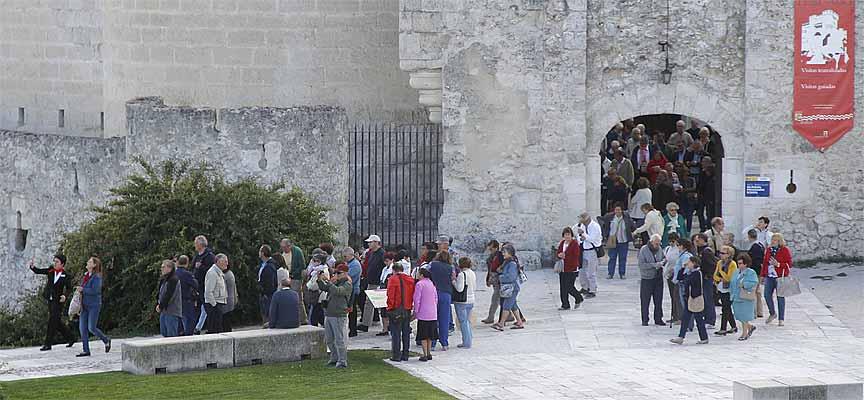 Varios grupos de turistas salen del castillo de Cuéllar.