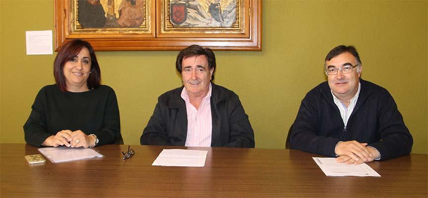 El alcalde junto a la concejala de Turismo y el edil de Patrimonio.