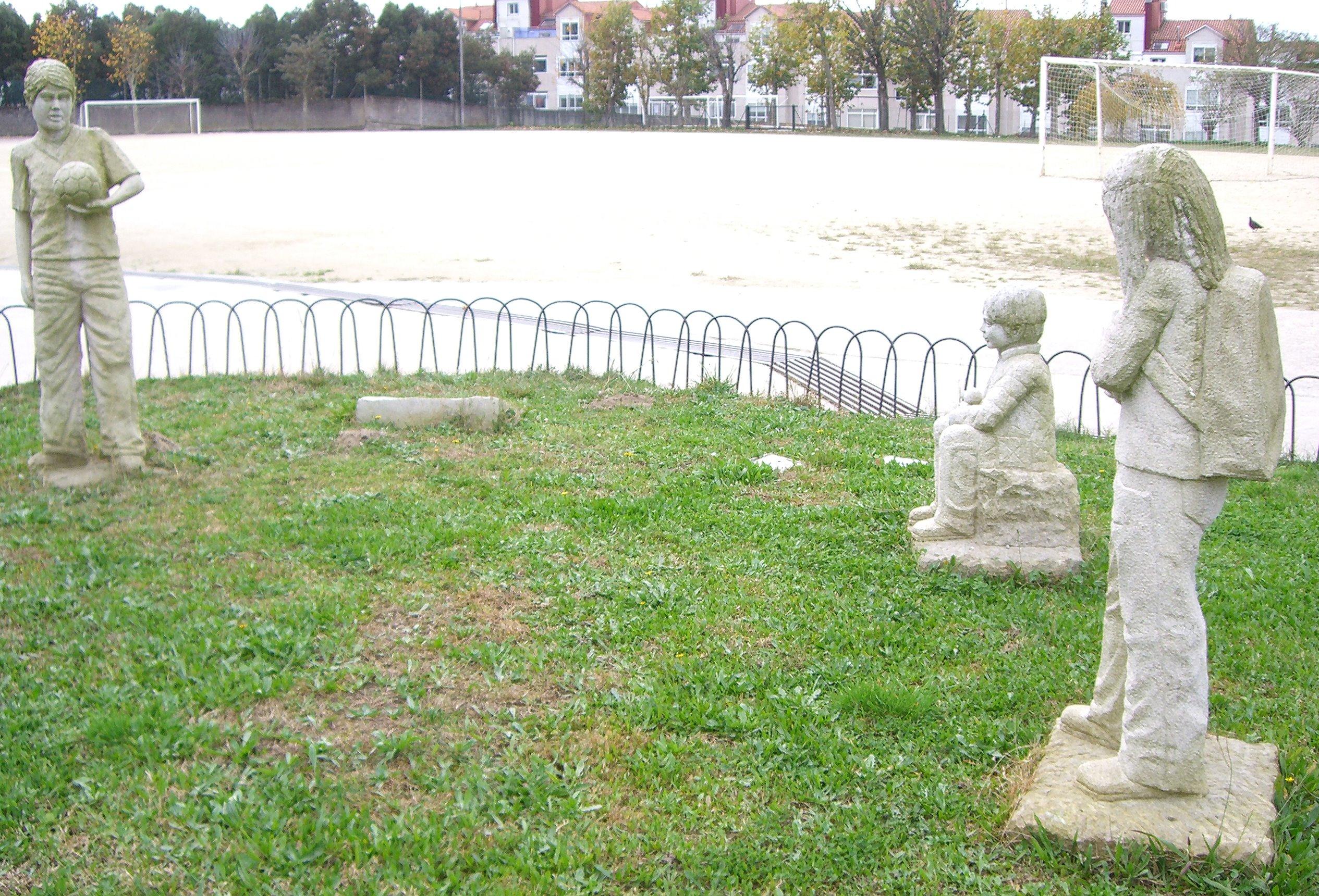 Grupo escultórico de niños en el colegio Sagrado Corazón (Pontevedra)