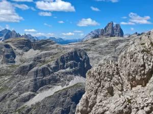 Spuntano le Tre Cime di Lavaredo, oltre il Monte Cengia